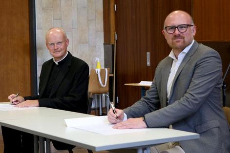 Bischof´Franz-Josef Overbeck und Oberbürgermeister Sören Link bei der Vertragsunterzeichnung  I  Foto: Nicole Cronauge, Bistum Essen