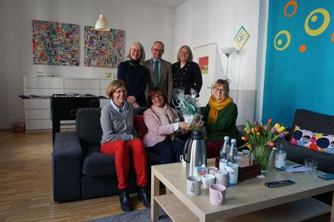 Oda Neuerburg, Hildegard Günzel-Wolfarth, Kirsten Trumpold bei der Spendenübergabe kurz vor Corona  I Foto: Caritas, Larissa Braunöhler