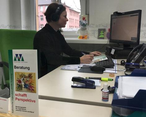 Lena Richter bei der Online-Beratung der Duisburger Werkkiste  l  Foto: Duisburger Werkkiste