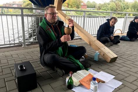 Eucharistiefeier unter der Kanalbrücke.  Foto: Lisa Mathofer I Bistum Essen