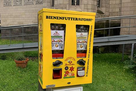 Für 50 Cent  kann man am Automateneine Kapsel mit Saatgut ziehen. I Foto: Dominik Peters