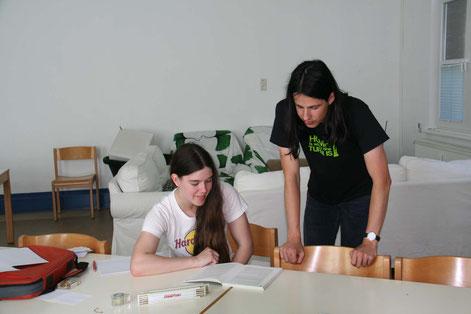Niels Ganser und Agnes Herbst aus der Leiterrunde der Messdiener von St. Michael bei der Vorbereitung ihres Escape Games.