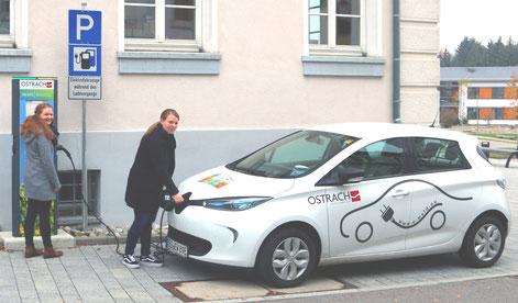 Frau Diesch und Frau Baur (v.r.n.l.) von MoDavo-SIG testen das neue E-Bürgerauto in Ostrach