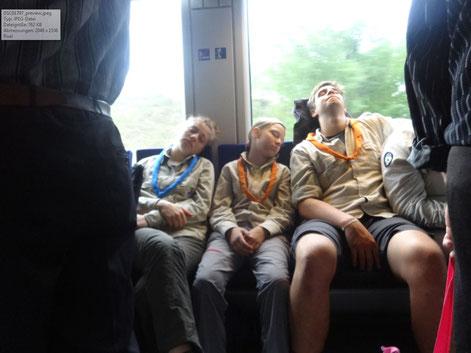 Schlafende Pfadfinder im rumänischen Zug