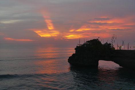 Tanah Lot Tempel, Bali Indonesien. Wunderschöner Sonnenuntergang.