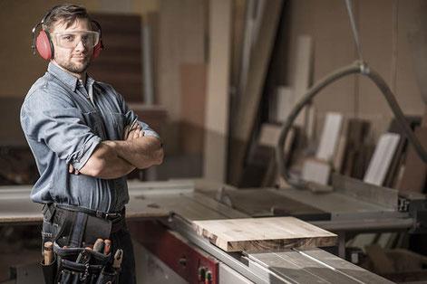 Die Wahrscheinlichkeit einer bleibenden Erwerbsunfähigkeit ist bei Schreinern höher als zum Beispiel bei kaufmännischen Angestellten. Sie zahlen deshalb höhere Prämien.