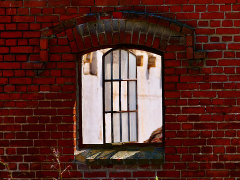 Stallfenster, altes Fenster, roter Backstein, Backsteingebäude, lost places Mecklenburg