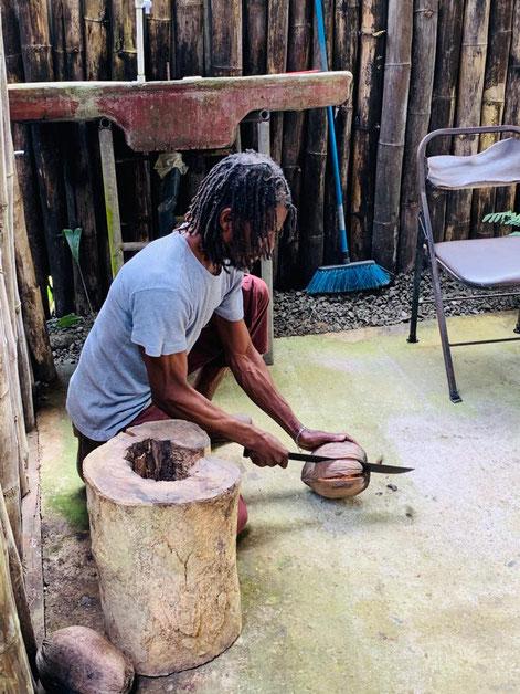 Matteo connait justement tous les secrets de la noix de coco. Il ne manque donc jamais de faire une présentation de ce fruit emblématique des plages tropicales.