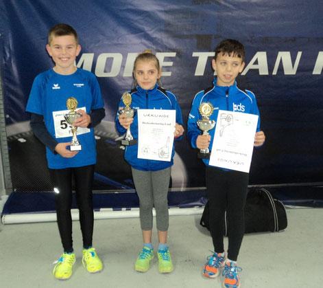 ...wurden mit Pokalen für ihren tollen Lauf belohnt: Finn, Linea u. Christian