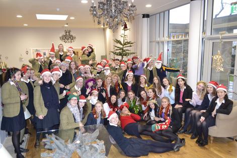 fête de Noël avec des élèves en uniforme dans un college anglais