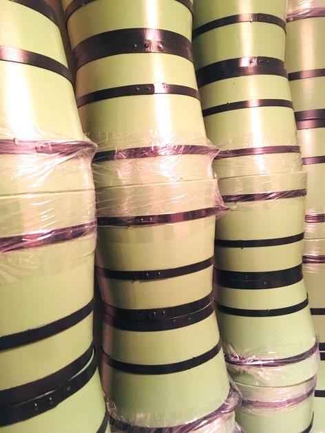 Gut verpackt und fein gestapelt: Die neuen Orangeriekübel (Pflanzkübel, Eichenkübel).