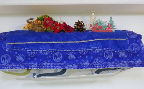 エアコンカバーを変えて、上面に花やトナカイの飾りを添えて、クリスマスグッズができました。