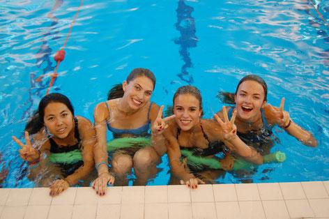 jeunes filles à la piscine lors d'un séjour linguistique à l'étranger