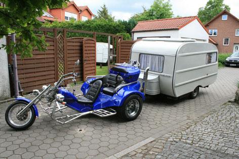 Unser Trike mit dem Quek-Junior-Wohnwagen