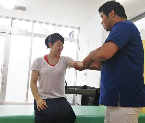 腕の検査をしている写真