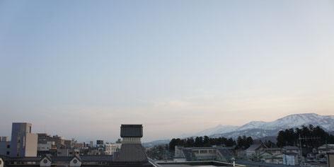 高田での研修終了後、駅前から望む妙高山と南葉山(画像をクリックして拡大)