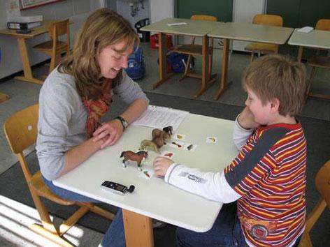 Überprüfung grammatischer Kompetenzen (Kasusmarkierung) mit der ESGRAF-Ergänzung (Evozierte Sprachdiagnostik grammatischer Fähigkeiten)