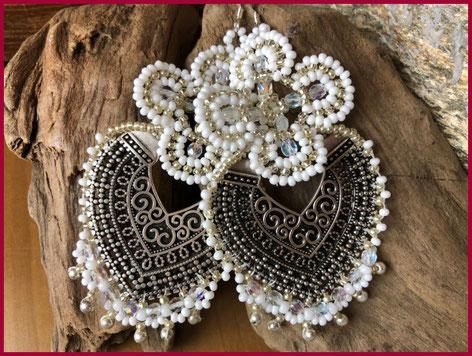 orecchini etnici con mezzaluna ornamentale con perline bianche