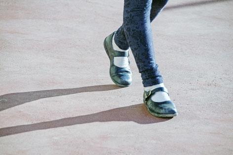 奈良県香芝市を歩く女性