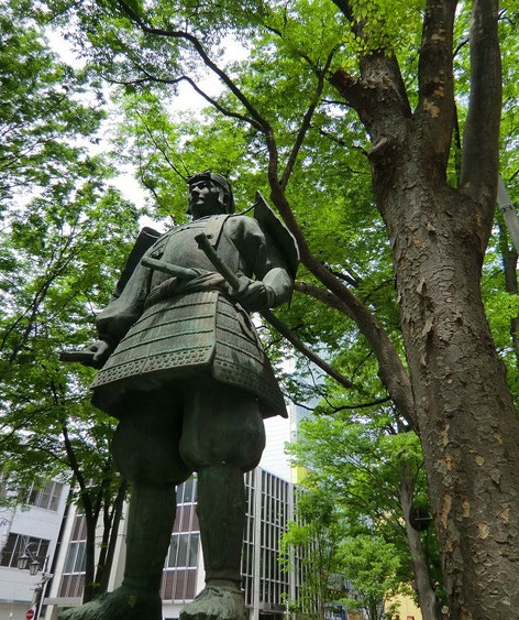 5月10日(2013) 源義家像とけやき並木:府中市にある国の天然記念物「馬場大門けやき並木」は、源頼義・義家父子が奥州平定後(1062年)に苗木千本を寄進したことにはじまるという