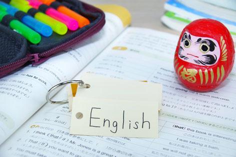英検学習の問題集と合格祈願のダルマ