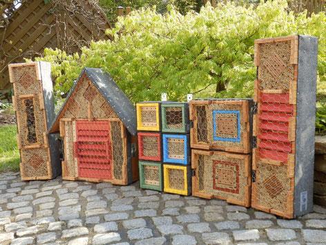 Wildbienenbruthilfen und Insektenhotels sind in einem naturnahen Garten eine sinnvolle Ergänzung der immer selten werdenden Nistmöglichkeiten für diese Tiere. www.bee-fly.de