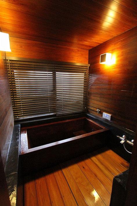 漆塗りの檜風呂