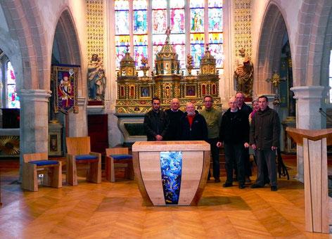 Le nouveau mobilier du choeur de l'église Saint Pierre, entouré du Père Yves Laurent et de l'équipe de conduite du projet