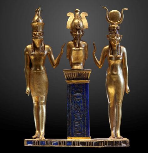 Triade Horus, Osiris, Isis - La triade regroupant Osiris, dieu de la mort et de la renaissance, Isis, déesse funéraire, sœur et épouse d'Osiris, et Horus, leur fils le dieu-faucon, constitue la triade la plus célèbre à travers tout le royaume d'Egypte.