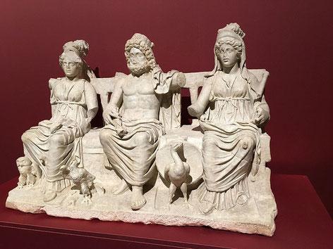 La triade capitoline désigne, dans la religion romaine, les trois divinités Jupiter, Junon et Minerve honorées au temple de Jupiter Capitolin à Rome. Les cérémonies sont organisées par le Grand Pontife ou Pontifex maximus. Constantin devient Grand Pontife