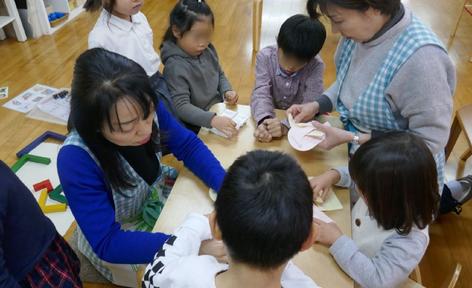 幼稚園児クラスでは、格子編みや二つ折りの切り紙、ハートバッグなどクリスマスグッズの製作にみんなで取り組んでいます。