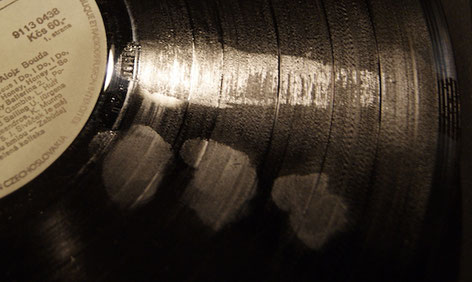 Öl- und Butterfett-Flecken auf der Schallplatte vor der Reinigung