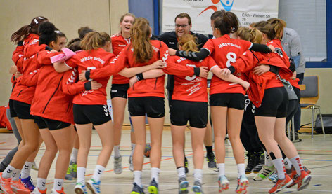 Nach dem Erfolg auf der Heimplatte: Die Frauen im Jubelkreis mit Coach Denis Wandersee