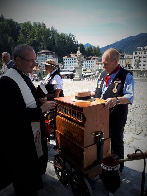 Die Segnung der Drehorgel durch Pater Basil.