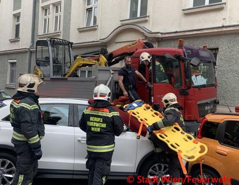 Feuerwehr, Blaulicht, Berufsfeuerwehr Wien, Unfall, LKW, Ottakring