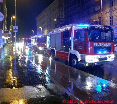 Feuerwehr; Blaulicht; Berufsfeuerwehr Wien; Brand; Adventkranz; Weihnachtsbäume; Zimmerbrand;