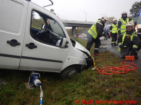 Feuerwehr; Blaulicht; Berufsfeuerwehr Wien; Unfall; PKW; A23;