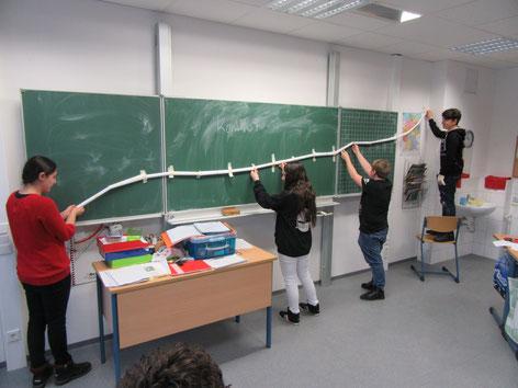 Kompo 7: Schüler testen ihre selbstgebaute Murmelbahn.