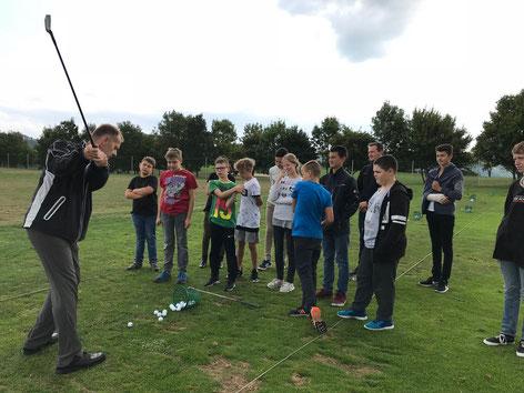 So wird´s gemacht ... Golf-Lehrer Tim Meltke vom Golfclub Dillenburg in Aktion.
