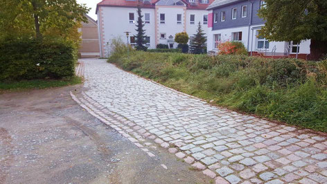 So sah es noch vor ein paar Wochen aus. Eine Hecke befand sich dort wo nun ein Fußweg für mehr Sicherheit sorgt.