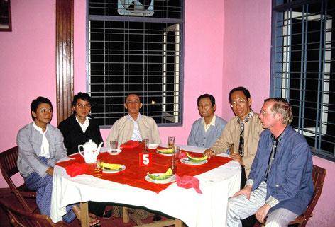 Mitglieder des Burma Council of Churches 1987. Links: Smith; neben mir der damalige Generalsekretär und spätere anglikanische BIschof Andrew Mya Han