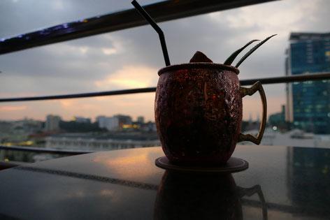 Drink bei einem Sonnenuntergang in der Saigon Saigon Bar