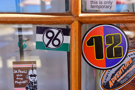 Der FCB-Sticker hat einen Platz neben dem von 96 gefunden