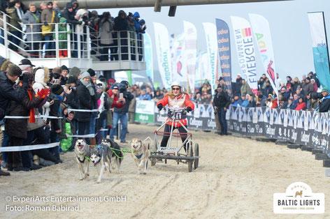 Seit vielen Jahren freundschaftlich durch den Sport mit Schlittenhunden verbunden. Rennleiter Wolf Dieter Polz und Veranstalter Till Demtroeder . Foto: ©ExperiArts Entertainment