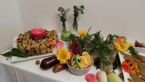 Buffet bunt Kräuter Wildkräuter vegetarisch Gemüse