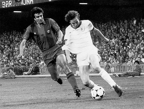 René Botteron im Laufduell mit Alexanco im Europacup-Finale in Barcelona