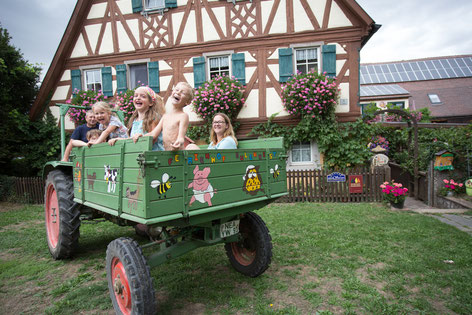 Einmal pro Woche fährt Bauer Bernd mit den Gästen Traktor!