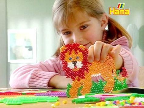 Hama-Bügelperlen - Mädchen mit gebasteltem Löwen