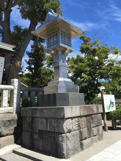 鶴岡八幡宮でみたステンレス製の灯籠!!!こんなのはじめてみました!!!石より長持ちするのか?