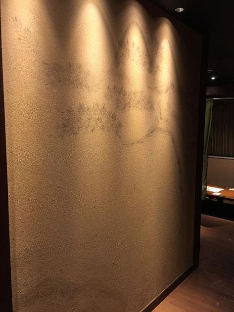 こちらも塗り壁の上に描かれた松。薄く書かれているが雰囲気は出ている。